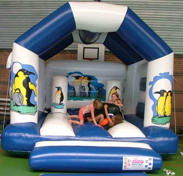 château gonflable pingouin : avec enfants
