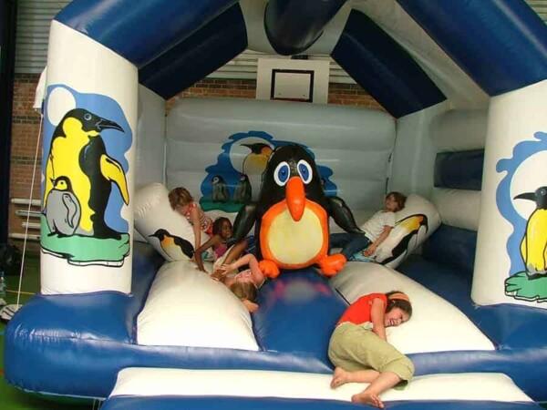 château gonflable pingouin : les enfants