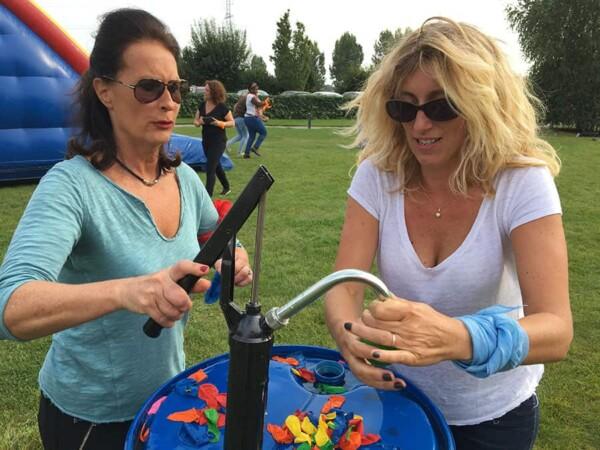 combat des ballons : elles remplissent les bombes à eau