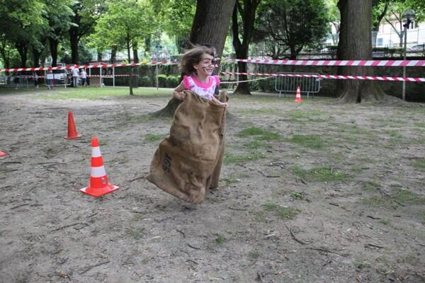 course de sacs : une enfant dynamique